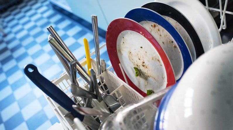 Rửa chén bát bằng máy có thực sự sạch hơn rửa bằng tay?