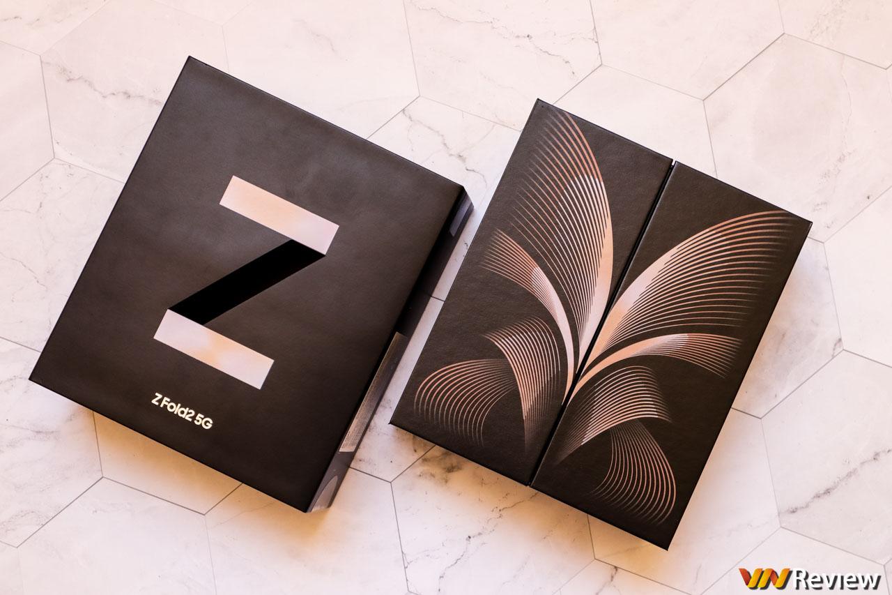 Mở hộp Galaxy Z Fold 2 chính hãng: không kèm ốp lưng và tai nghe không dây như Fold 1