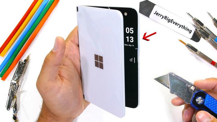 Thử độ bền Surface Duo: Bản lề và màn hình cứng cáp nhưng máy dễ cong