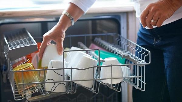 Xếp bát đĩa vào máy rửa bát thế nào cho đúng?