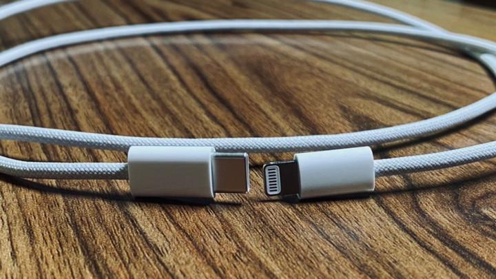 """Dây sạc iPhone 12 sẽ giải quyết vấn đề """"nhức nhối"""" muôn thuở của dây sạc bọc cao su"""