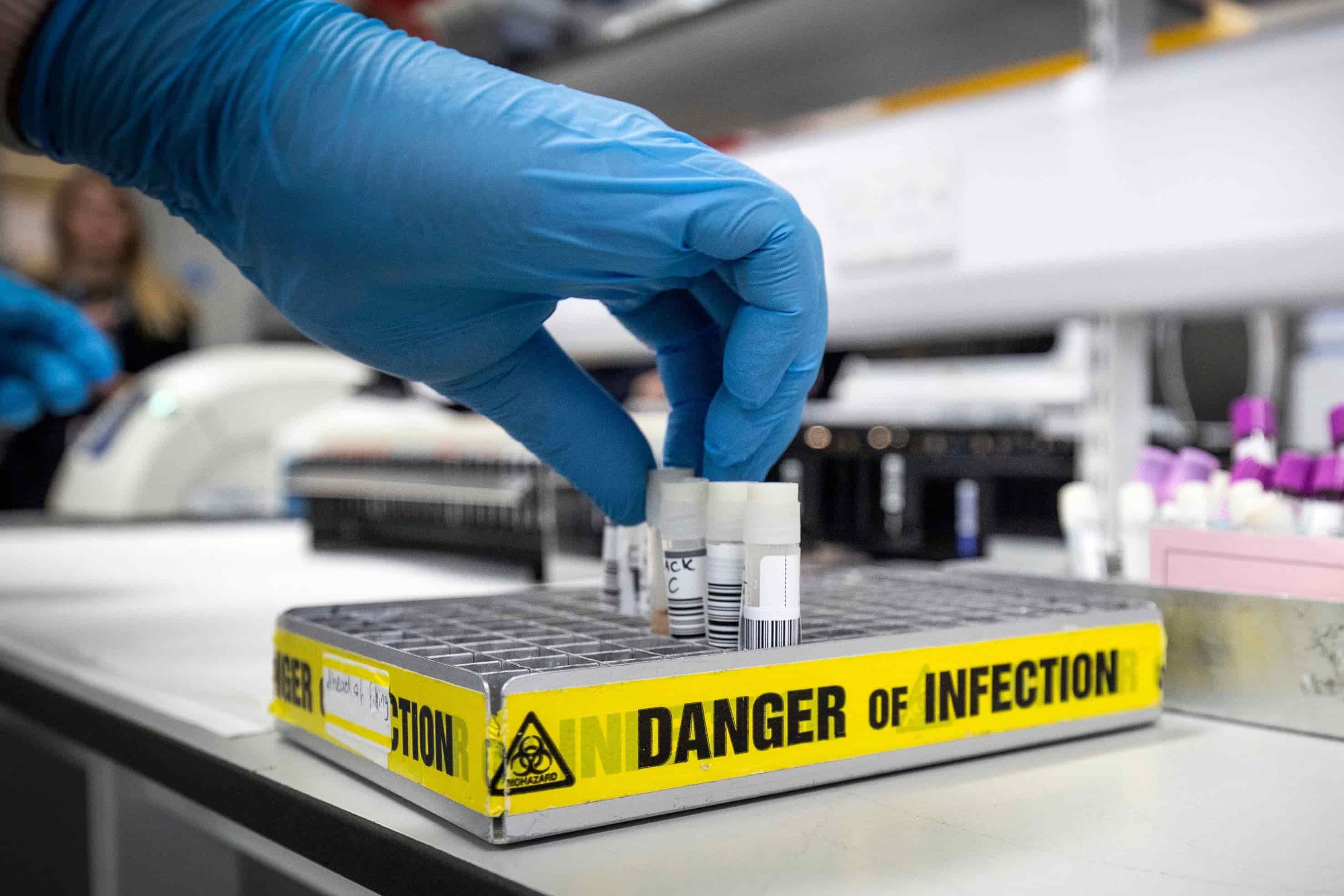 """Đừng để các bài báo về chủng đột biến """"mới"""" của virus corona đánh lừa"""