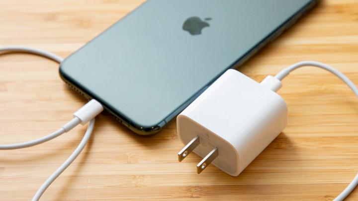 Vừa cà khịa 5G xong, Samsung lại nhắc tới vấn đề thời sự trên iPhone 12, đó là cục sạc