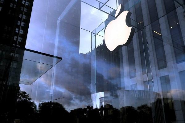 """Miệng thì chê, hàng triệu người Trung Quốc vẫn """"đổ xô"""" đi mua iPhone mới"""