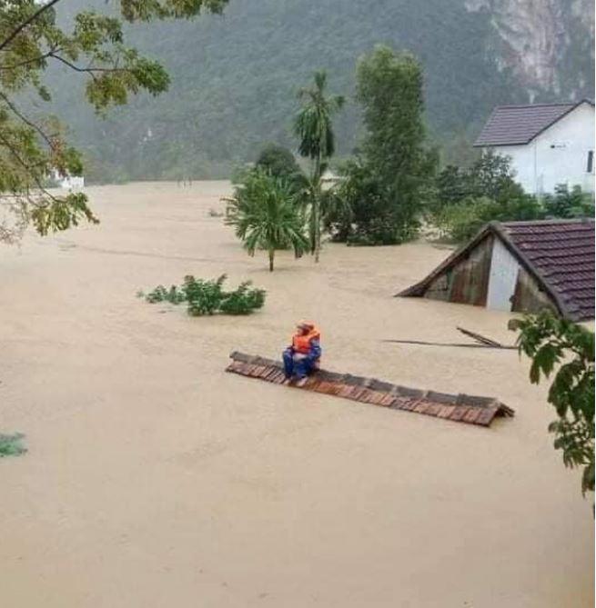 'Hoa, quà 20/10 nên giảm để ủng hộ đồng bào bị lũ lụt'