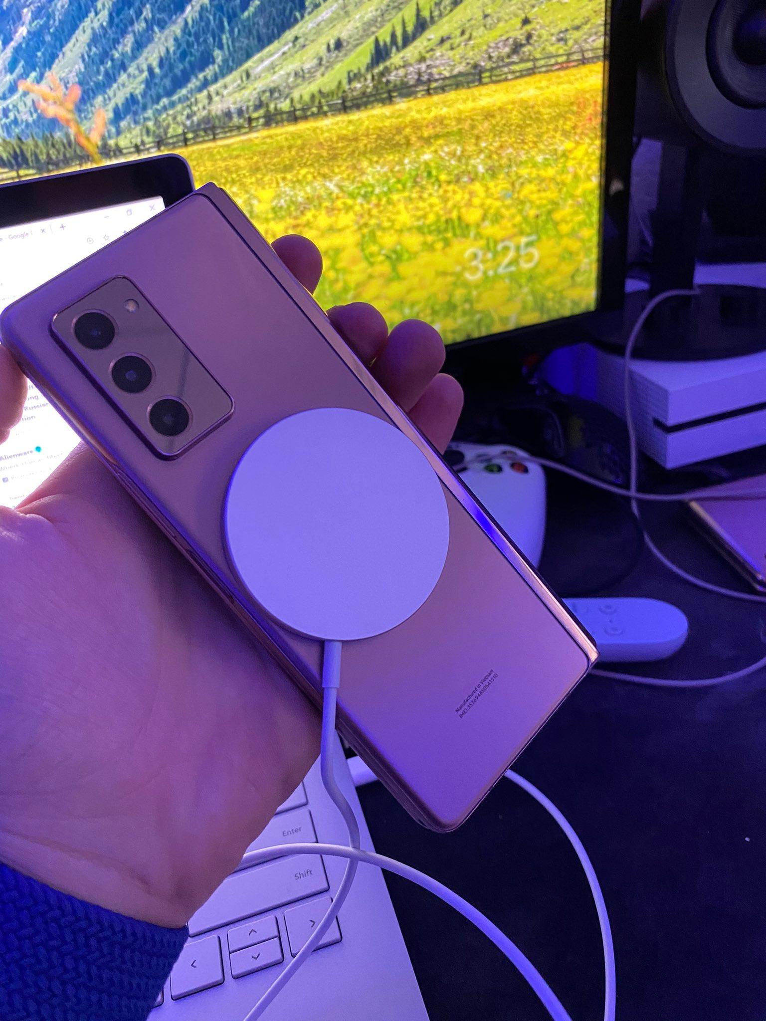 Bộ sạc không dây MagSafe của Apple có thể hoạt động với Galaxy Z Fold 2