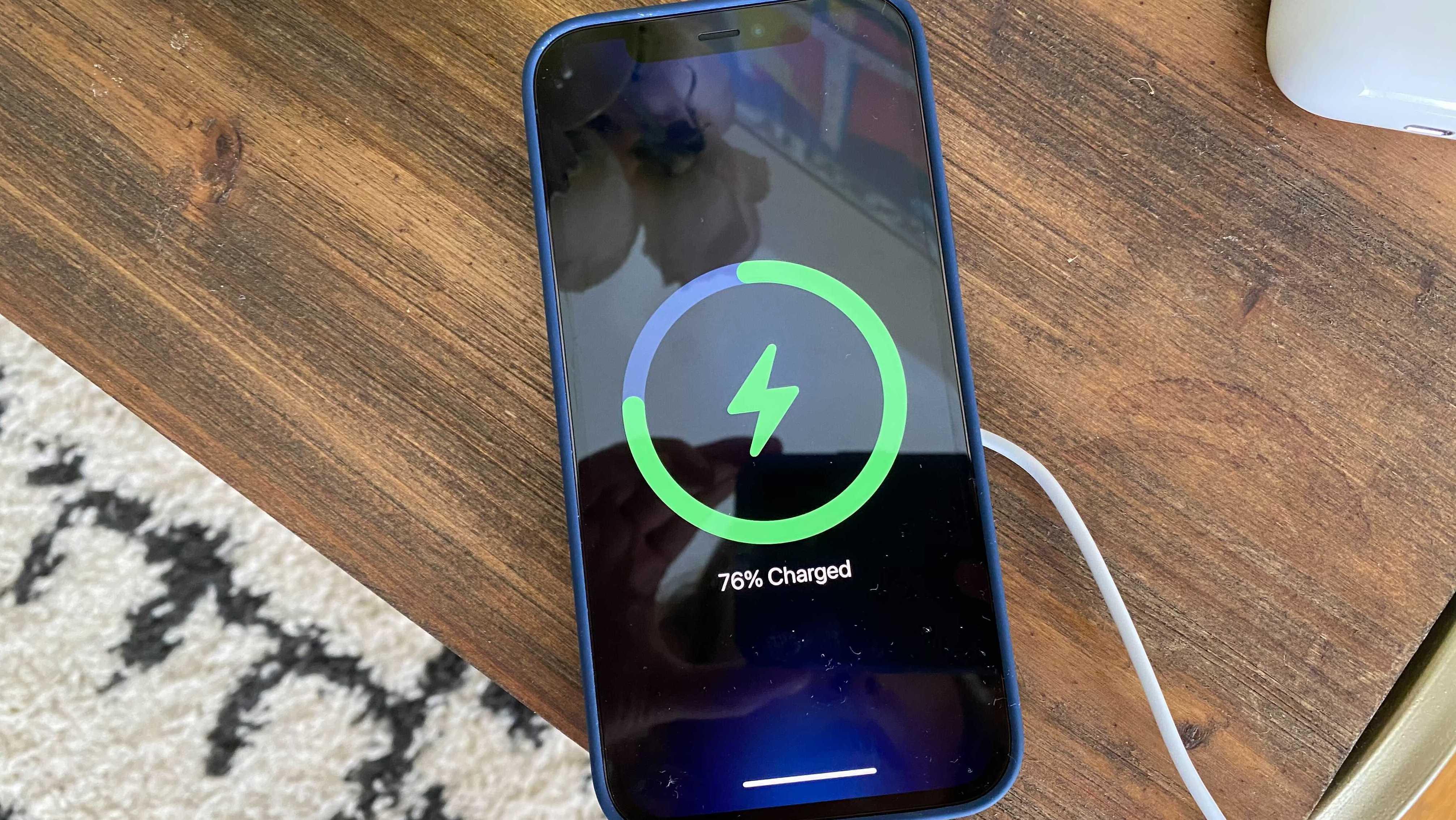 """Sạc không dây MagSafe của Apple """"ngon"""", nhưng chưa thể nói là hoàn hảo -  VnReview - Tư vấn"""