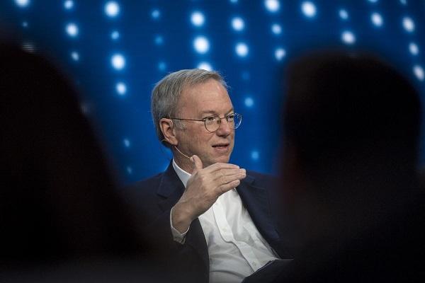 """Cựu CEO Google gọi mạng xã hội là công cụ lan truyền cho những """"kẻ ngốc"""""""