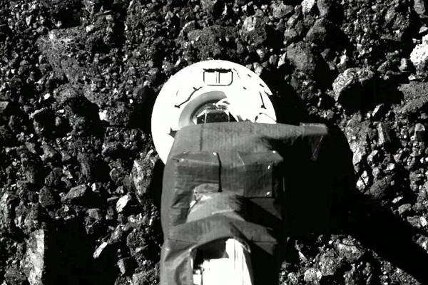 NASA công bố hình ảnh thu thập mẫu vật địa chất trên hành tinh Bennu từ tàu OSIRIS-REx