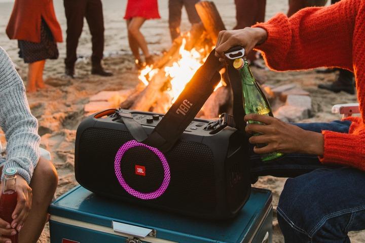 JBL ra mắt loa karaoke di động PartyBox On-The-Go tại Việt Nam, tích hợp cả mở bia, giá 10 triệu đồng
