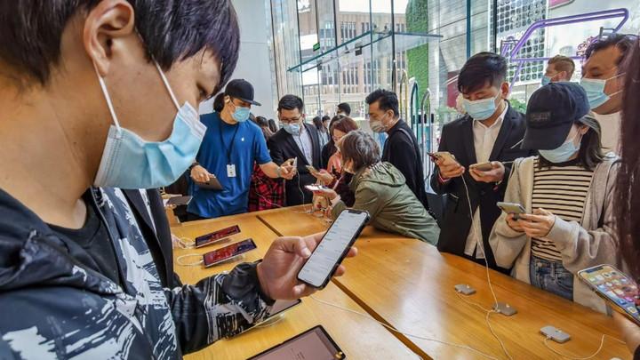 Mùa dịch bệnh, iPhone 12 bị chê nhiều, dân Trung Quốc vẫn xếp hàng dài đi mua