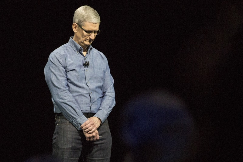 """Doanh thu iPhone chạm đáy thấp nhất hai năm, vốn hóa Apple """"bốc hơi"""" 100 tỷ USD"""