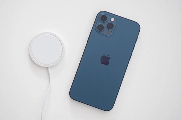 iPhone 12 Pro chơi game rất nóng máy, pin bằng nửa iPhone 11 Pro