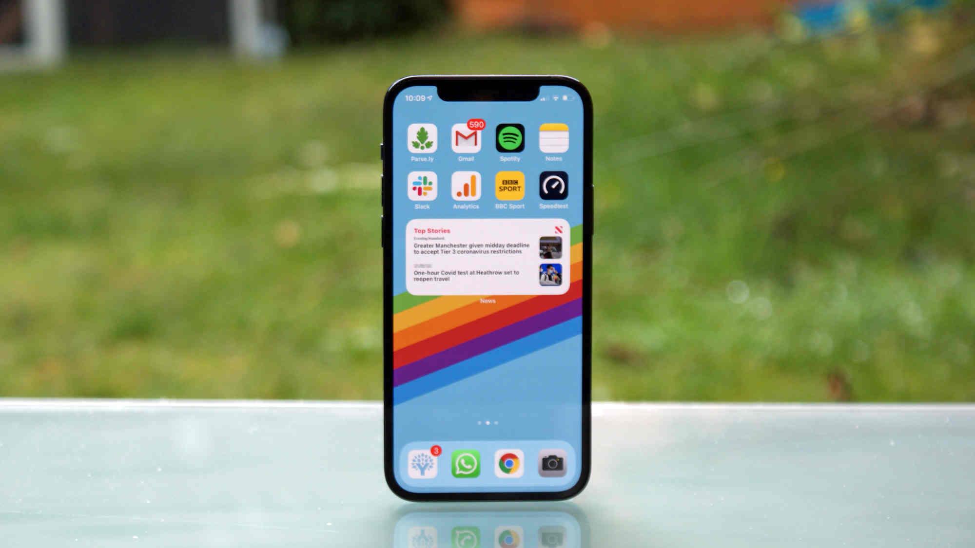 """Đọ màn hình iPhone 12 Pro với """"huyền thoại studio"""" 30.000 USD của Sony"""