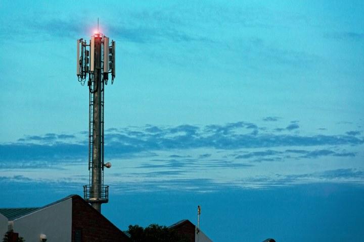 """Liên tục bị """"thêu dệt"""" bởi những thuyết âm mưu, vậy tóm lại trạm 5G có an toàn?"""