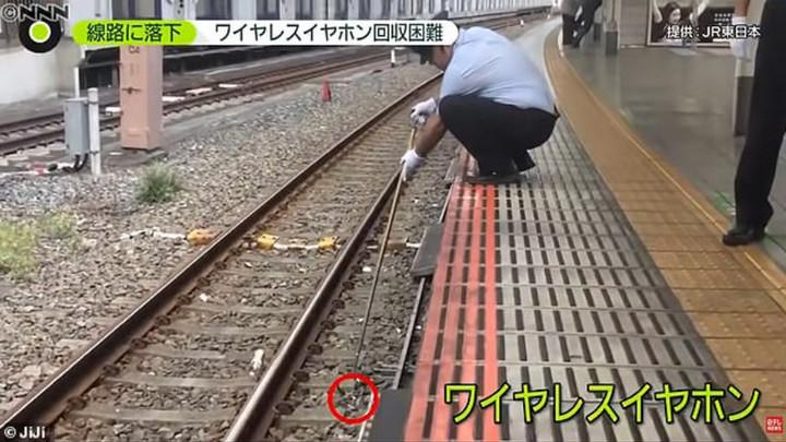 """Hãng tàu điện Nhật Bản hợp tác với Panasonic phát triển """"máy hút AirPods"""" tiện dụng"""