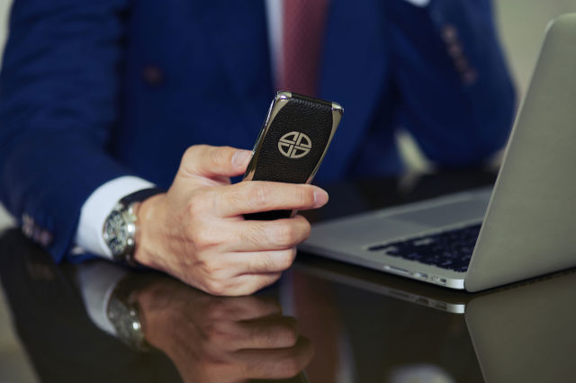 """Cựu nhân viên Vertu tung ra điện thoại """"cục gạch"""" siêu sang, pin 5 ngày, giá gần 100 triệu đồng"""