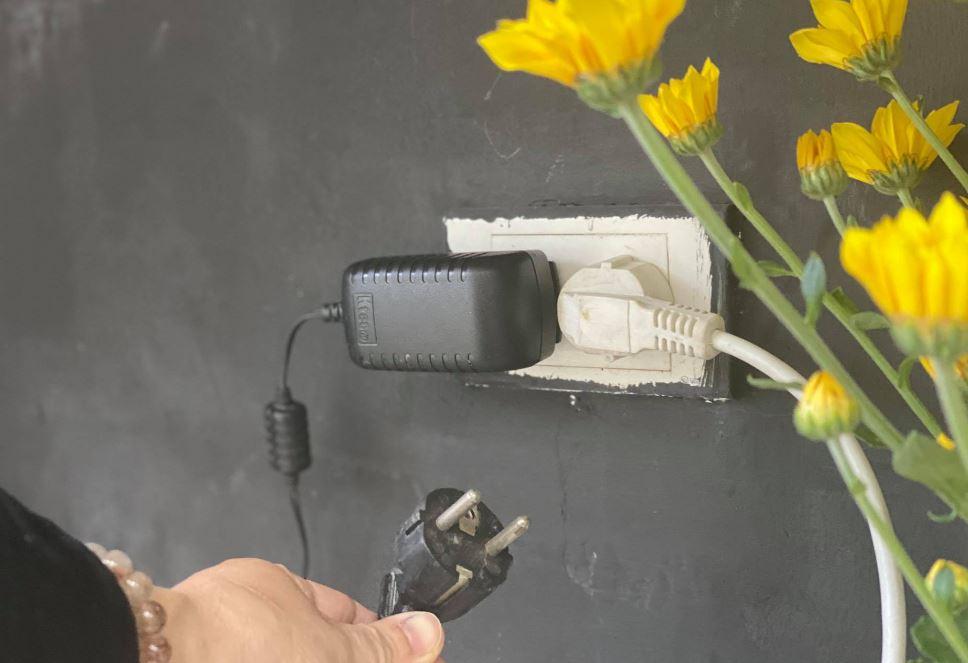 Sao ổ điện gắn tường vẫn chỉ có 2 lỗ mà không nhiều hơn dù ngày càng có nhiều đồ điện gia dụng?