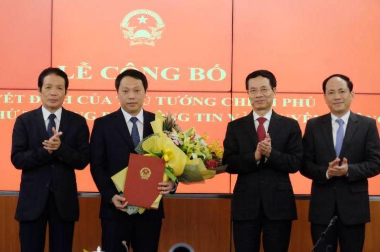 Bộ trưởng Nguyễn Mạnh Hùng, Thứ trưởng Hoàng Vĩnh Bảo và Thứ trưởng Phạm Anh Tuấn chúc mừng tân Thứ trưởng Nguyễn Huy Dũng.