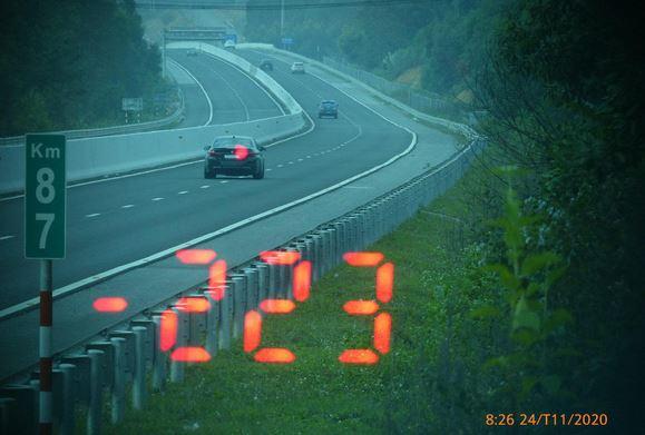 """Tài xế BMW chạy tốc độ """"bàn thờ"""" 223km/h trên cao tốc bị phạt 11 triệu, tước bằng lái 3 tháng"""