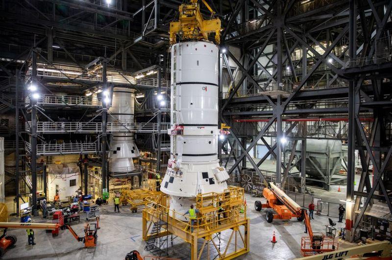"""Bắt đầu lắp ráp """"siêu tên lửa"""" chuẩn bị cho nhiệm vụ Mặt trăng Orion"""