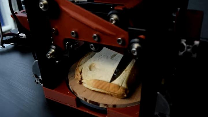 Chán với việc cắt bánh, YouTuber tự chế robot có thể cắt lớp vỏ bánh sandwich dư thừa