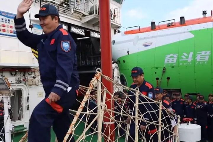 Tàu lặn có người lái mới của Trung Quốc chạm đến điểm sâu nhất trên Trái đất