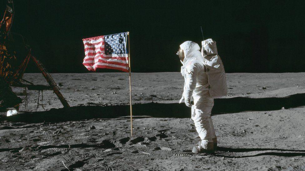 Trung Quốc trở thành quốc gia thứ hai cắm cờ trên Mặt trăng