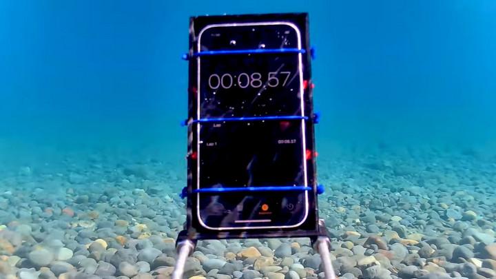 iPhone 12 vẫn sống sót trong thử thách ngâm dưới hồ nước sâu tới 20 mét