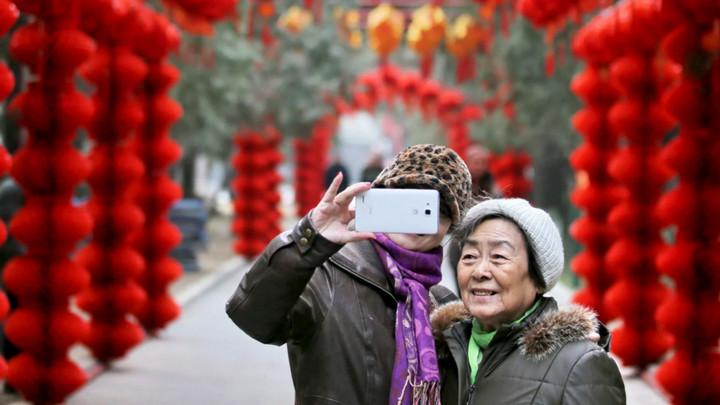 """Nền """"kinh tế bạc"""" lên ngôi, Trung Quốc nở rộ trào lưu KOL cao tuổi"""