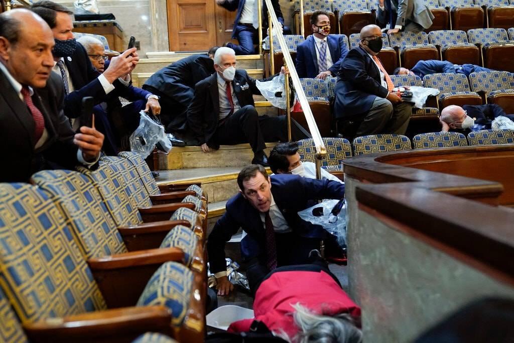 Những hình ảnh hỗn loạn kinh hoàng khi đám đông lao vào Quốc hội Hoa Kỳ