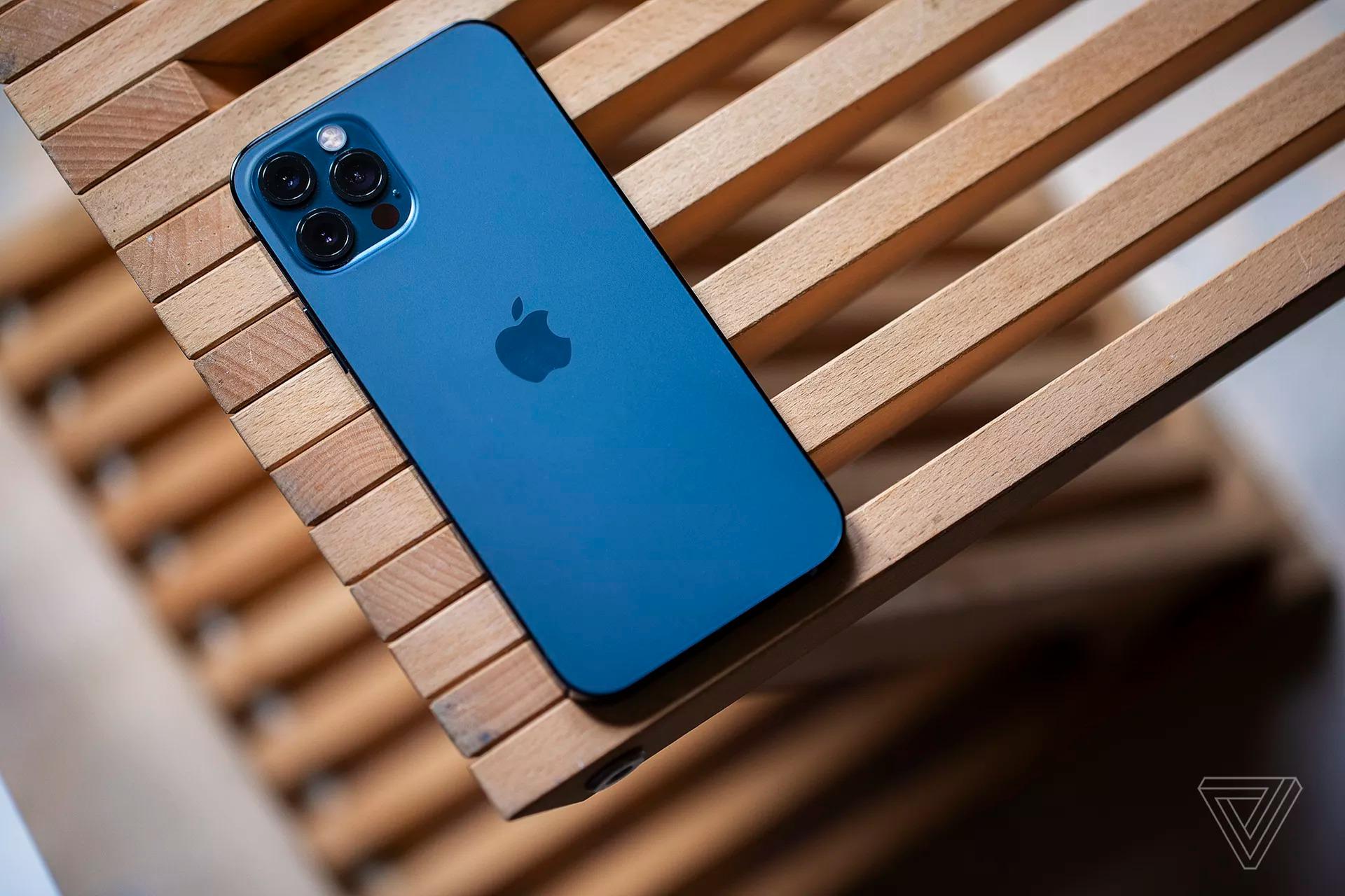 Lộ hình ảnh prototype iPhone 12 Pro ban đầu, khác biệt một chút so với phiên bản cuối cùng
