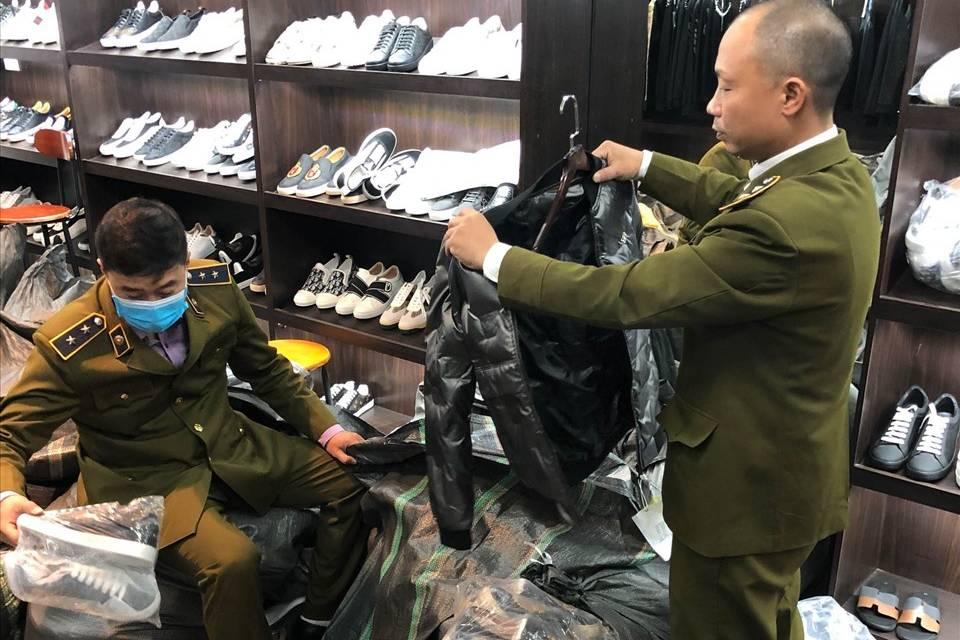 """Chiêu thức bán hàng """"AU"""" fake trên mạng của chuỗi AE shop Việt Nam vừa bị thu giữ 7.000 sản phẩm nhái"""