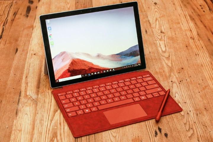 """Microsoft """"cà khịa"""" MacBook Pro trong video quảng cáo Surface Pro 7 mới nhất"""