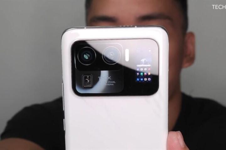 Rò rỉ video trên tay Xiaomi Mi 11 Ultra: Cụm 3 camera 50MP cực lớn, zoom 120x, màn hình phụ