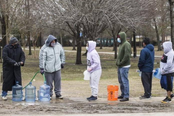 Người dân Texas (Mỹ) tuyệt vọng tìm nguồn sưởi ấm, thực phẩm và nước