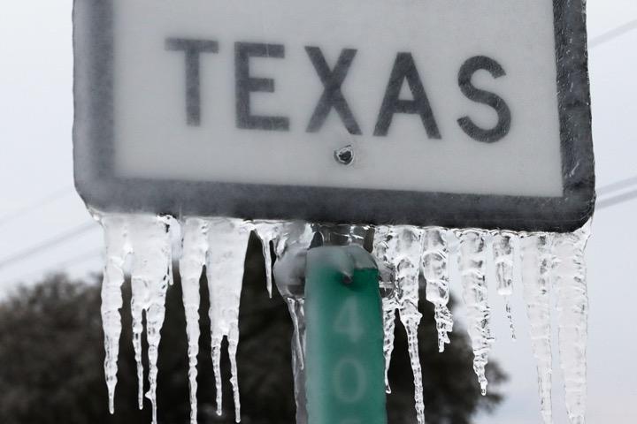 TikToker Mỹ phát tán thuyết âm mưu tuyết ở Texas là hàng... fake do chính phủ và Bill Gates tạo nên