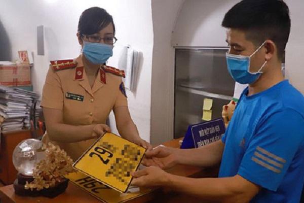 Người dân 4 quận nội thành Hà Nội đổi địa chỉ đăng ký xe ô tô và mô tô