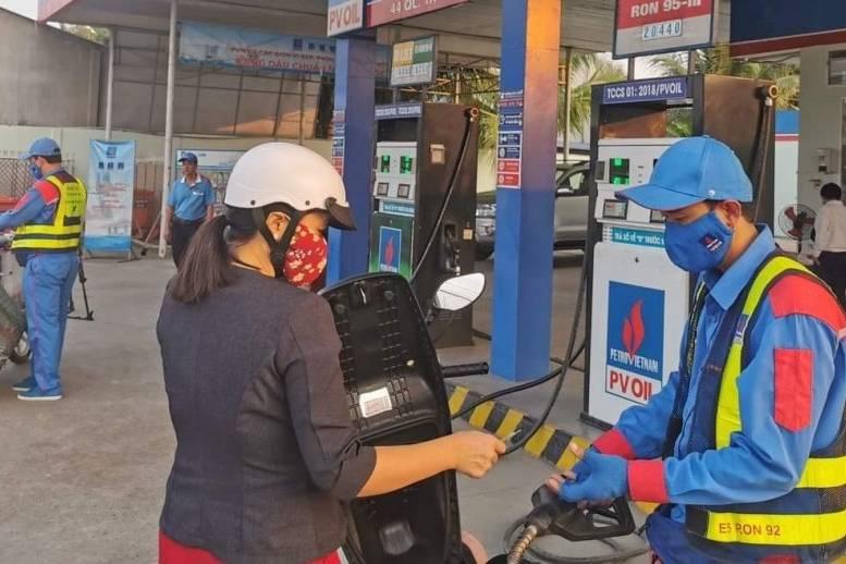 Giá xăng tăng mạnh từ 15h ngày 25/2, lên hơn 18.000 đồng/ lít