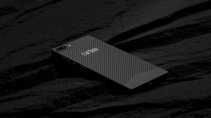 Carbon 1 MK II là điện thoại đầu tiên trên thế giới có vỏ liền khối bằng sợi carbon