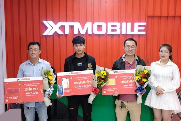 Một khách hàng trúng iPhone 12 khi mua điện thoại tại XTmobile