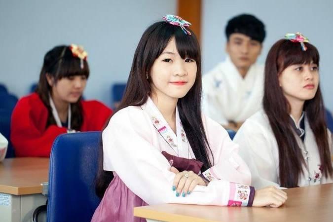 Thí điểm tiếng Hàn và tiếng Đức là môn học bắt buộc từ lớp 3 đến lớp 12