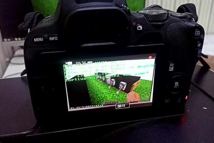 Anh chàng này hack máy ảnh Canon để dùng làm... máy chủ Minecraft