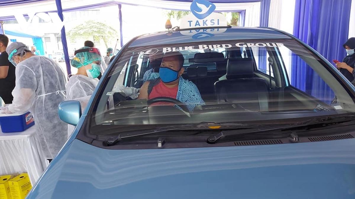 Indonesia là nước đầu tiên ở Đông Nam Á tiêm vaccine Covid-19 không cần ra khỏi xe