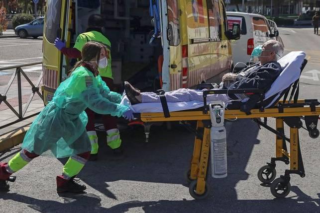 Châu Âu chìm trong làn sóng dịch Covid-19 thứ 3 giữa lúc tranh cãi về vắc xin AstraZeneca