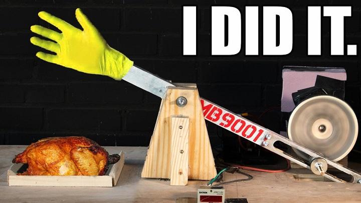 """Youtuber làm chín một con gà bằng cách """"tát"""" nó liên tục"""