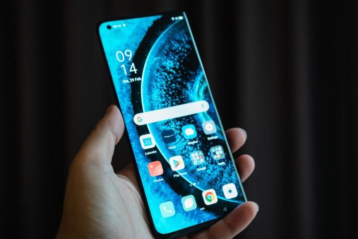 Smartphone giá rẻ từ Trung Quốc đang thách thức Apple trong cuộc chiến 5G tại Nhật Bản