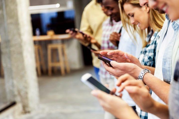 Cứ 4 phút rưỡi, các smartphone Android và iPhone lại gửi dữ liệu của bạn về nhà sản xuất