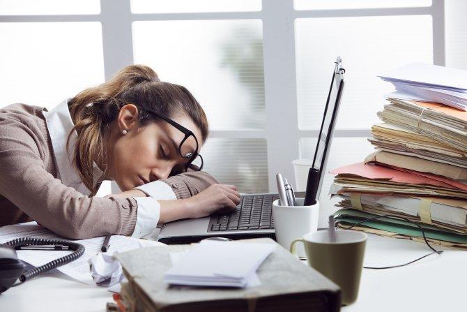 Ăn đồ ăn vặt buổi đêm có thể ảnh hưởng đến năng suất làm việc của bạn vào ban ngày