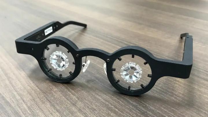 Những câu chuyện chưa kể về nhóm phát triển kính chữa cận thị của Nhật Bản